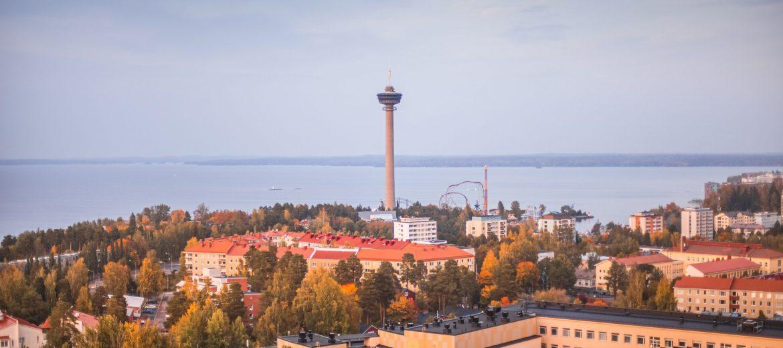 Syksyinen Tampere-näkymä Pyynikin yli Näsinneulaan ja Näsijärvelle.